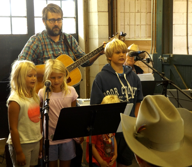 pastor-jeremy-and-the-kids-singing-at-cowboy-church-8-21-16