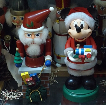 santa-and-mickey-mouse-nutcrackers
