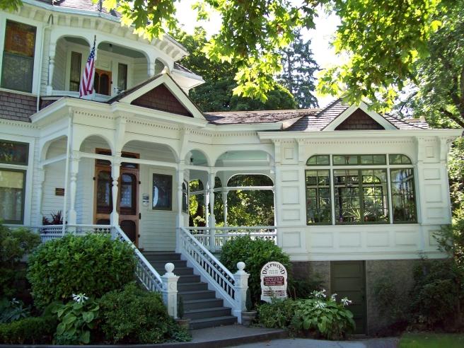 Deepwood-House-entrance-and-solarium-Salem-Oregon